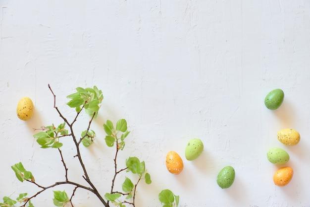 Verse lente limoenblaadjes en paaseieren.