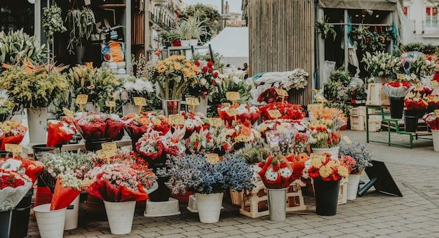 Verse lentebloemen op straat