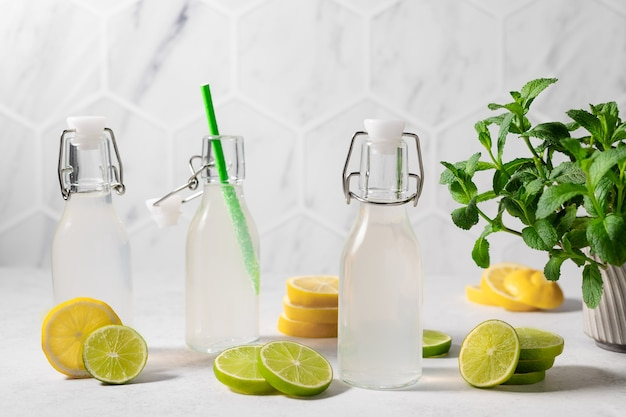 Verse limoen- en citroenlimonade op het aanrecht zomerdrankje