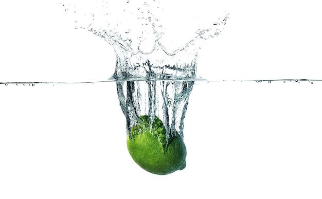 Verse limoen in het water valt
