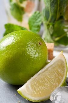 Verse limoen voor het maken van mojito's