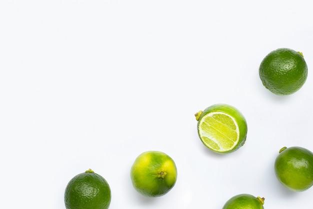Verse limoenen geïsoleerd op wit