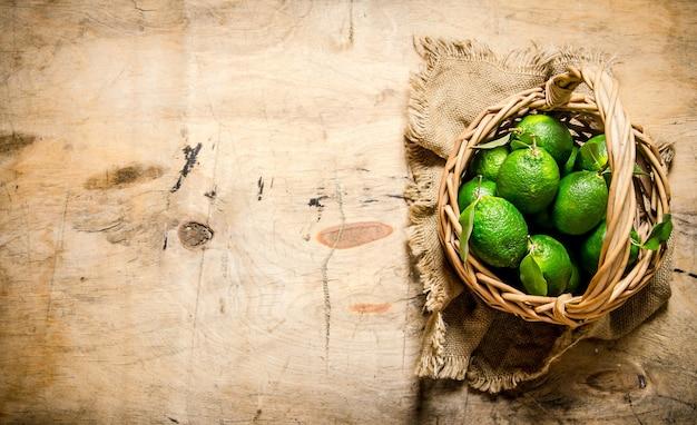 Verse limoenen in de oude mand op de stof.