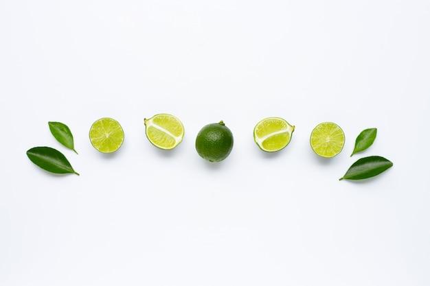 Verse limoenen met bladeren geïsoleerd op wit.