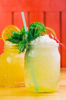Verse limonade geserveerd in een café met rietjes