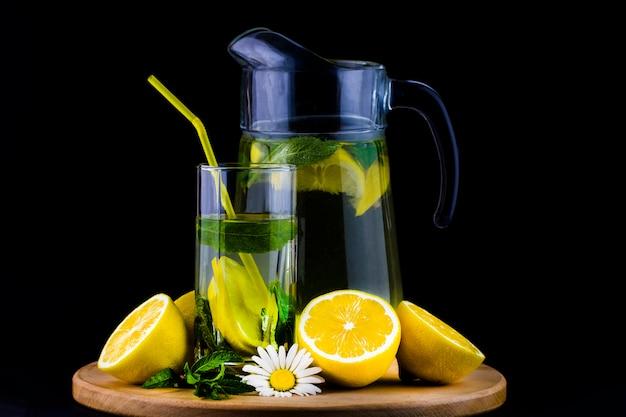 Verse limonade met citroen op houten achtergrond