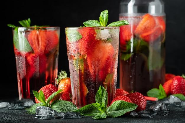 Verse limonade met ijs, munt en aardbei.