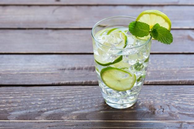Verse limonade met ijs