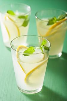 Verse limonade met munt in glazen