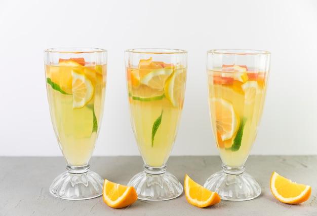 Verse limonadeglazen in de rij