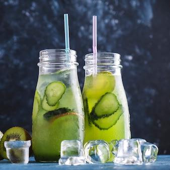 Verse limonadekiwi en komkommer. verfrissend water. detailopname