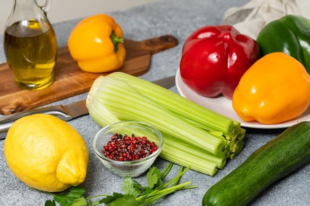 Verse lokale groenten rode groene en gele paprika courgette en selderij
