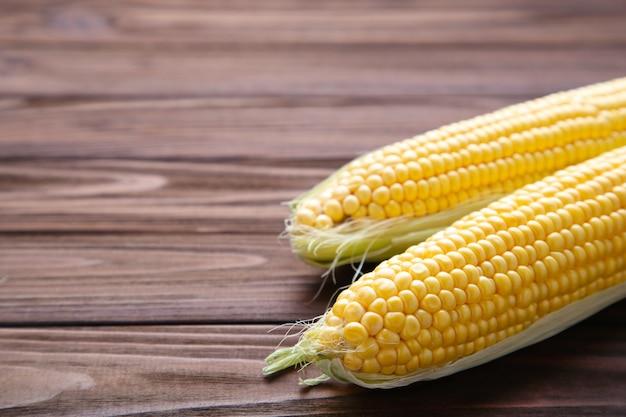 Verse maïs op een bruine houten tafel