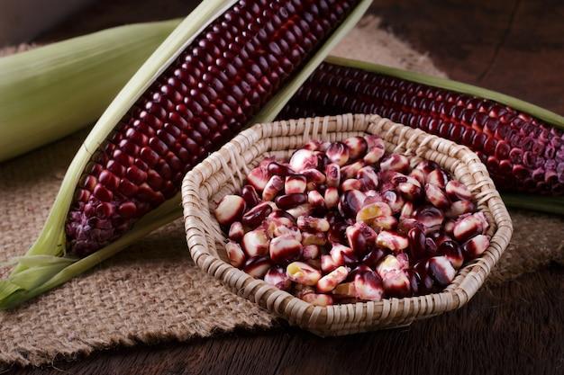 Verse maïs op kolven op rustieke houten tafel