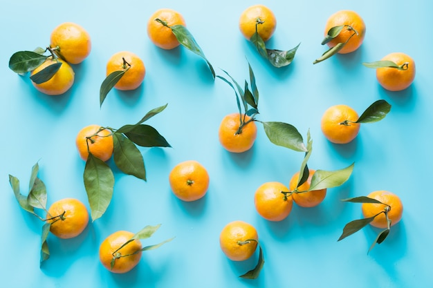 Verse mandarijn geïsoleerd op blauwe pittige pastel. bovenaanzicht