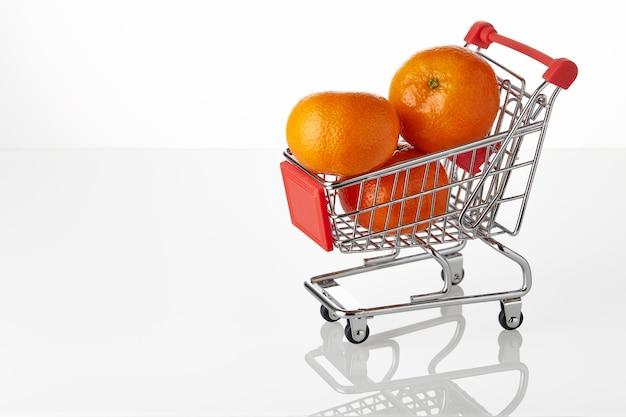 Verse mandarijn op hakken kar geïsoleerd op witte achtergrond.