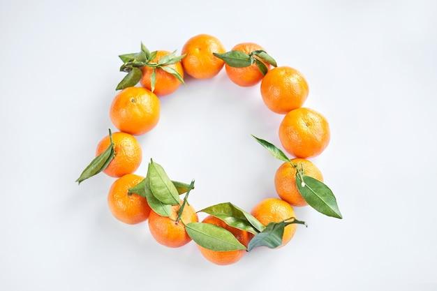 Verse mandarijnen met groene bladeren