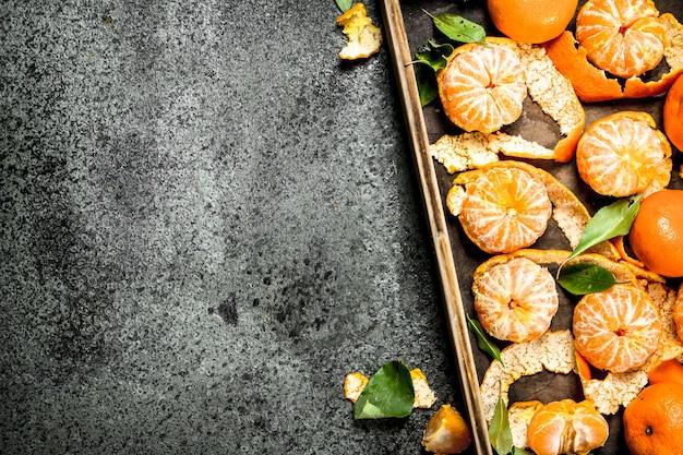 Verse mandarijnen op houten dienblad op rustieke tafel.