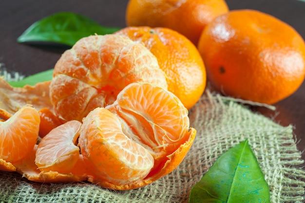 Verse mandarines op houten tafel