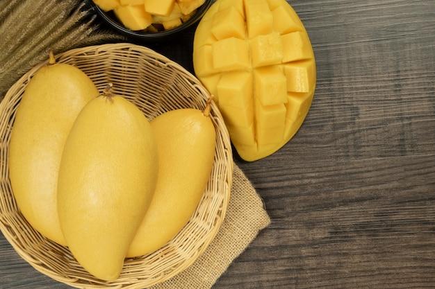Verse mango bovenaanzicht. houten achtergrond en kopie ruimte voor tekst toevoegen.