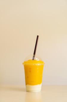 Verse mango fruitsmoothies met yoghurtglas