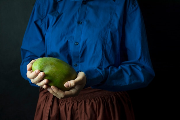 Verse mango in handen van de kok. exotisch fruit. rijpe mango. gebalanceerd dieet.