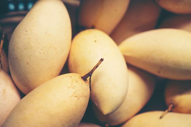 Verse mango's op vertoning bij openluchtlandbouwersmarkt in thailand