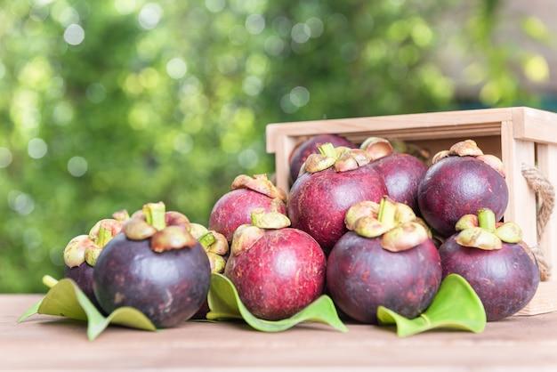 Verse mangostan fruie op houten lijst, koningin van fruit in thailand