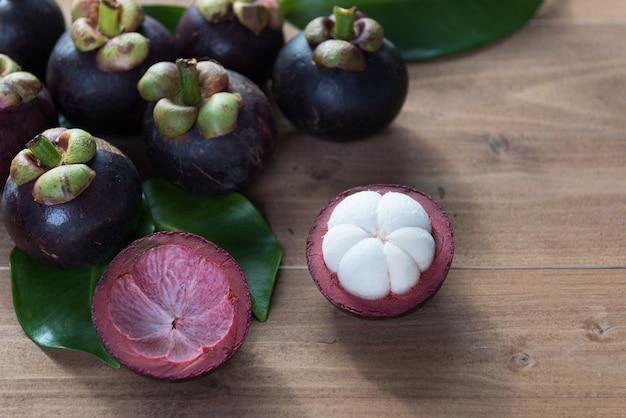 Verse mangostanvruchten op houten lijstbovenkant, koningin van fruit in thailand