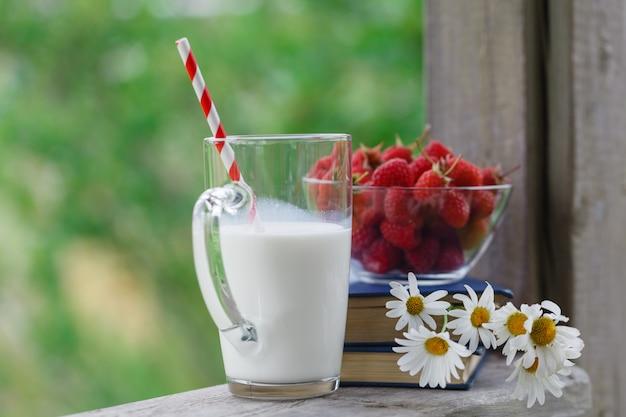Verse melk op houten tafel met bessen