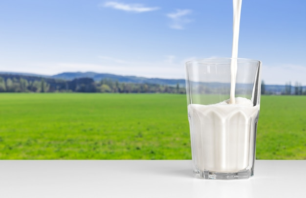 Verse melk op tafel