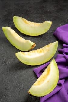 Verse meloen heerlijke fruitplakken op zwart