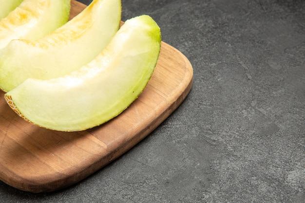 Verse meloen plakjes heerlijk zacht fruit op zwart