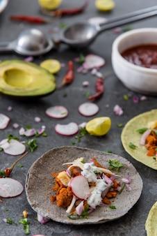 Verse mexicaanse taco's op tafel