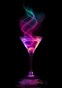 Verse moderne cocktail op zwart