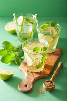 Verse mojitococktail over groene lijst