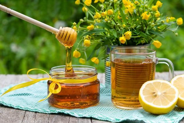 Verse natuurlijke honing in een glazen pot.