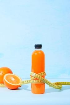 Verse natuurlijke jus d'orange met meetlint op tafel. gezonde drank.