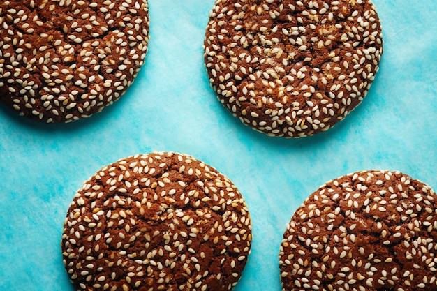 Verse natuurlijke zelfgemaakte knapperige koekjes met sesam geserveerd met room