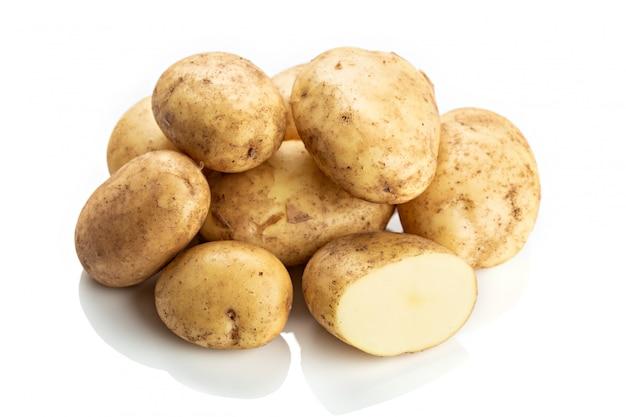 Verse nieuwe aardappels die op wit worden geïsoleerd