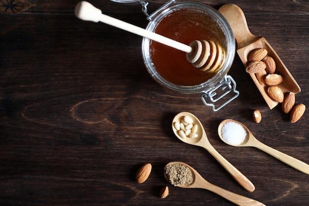 Verse noten op tafel voor het ontbijt met honing en cake