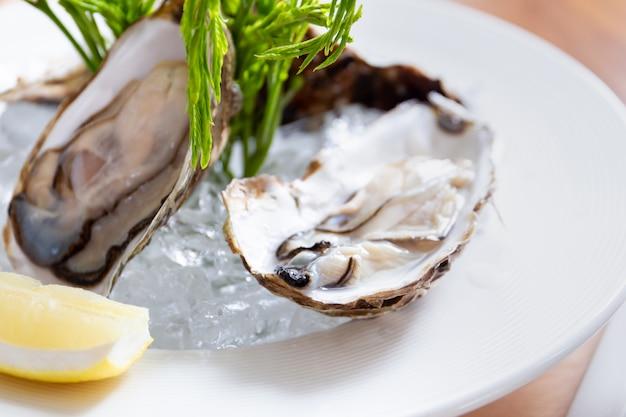 Verse oesters met citroen in thaise zeevruchtenstijl.