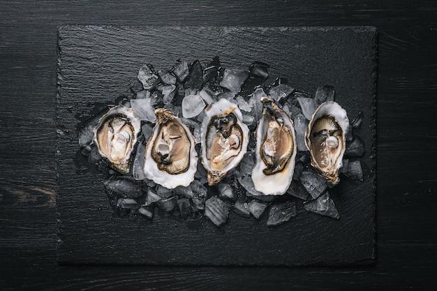 Verse oesters met citroenijs en witte wijn.