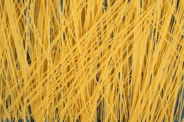 Verse ongekookte volkoren pasta. hoge kwaliteit foto