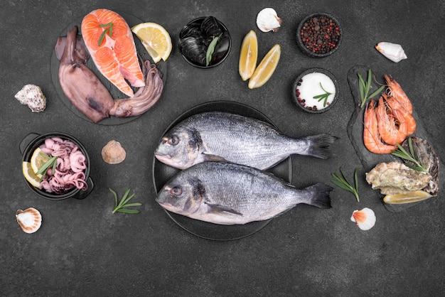 Verse, ongekookte zeevruchtenvissen en ingrediënten