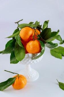 Verse oogst van mandarijn, mandarijn met groene bladeren.
