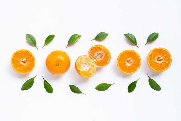 Verse oranje citrusvruchten die op wit worden geïsoleerd.