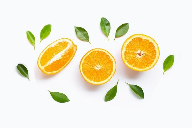 Verse oranje citrusvruchten met bladeren die op wit worden geïsoleerd.