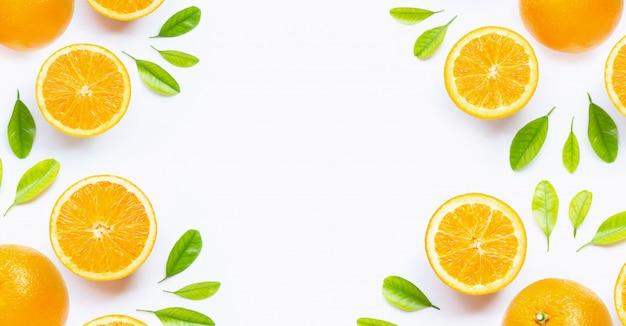 Verse oranje citrusvruchten met bladeren die op witte achtergrond worden geïsoleerd.