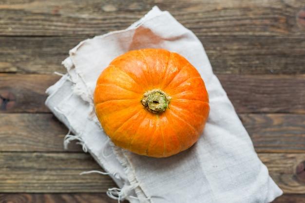 Verse oranje pompoen op handgeweven servet.